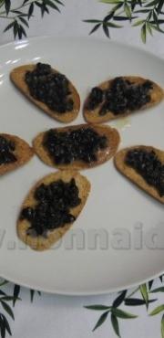 Crostini con salsa alle olive e miele